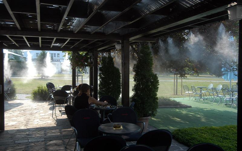 Охлаждение туманом открытых площадок: кафе, ресторанов, летников, веранд, террас Idrobase цена монтаж обслуживание ремонт купить PolivCorp.ru